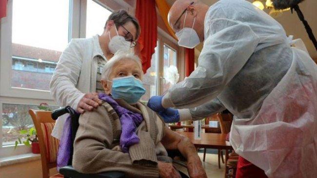 Almanya'da ilk koronavirüs aşısı yapıldı
