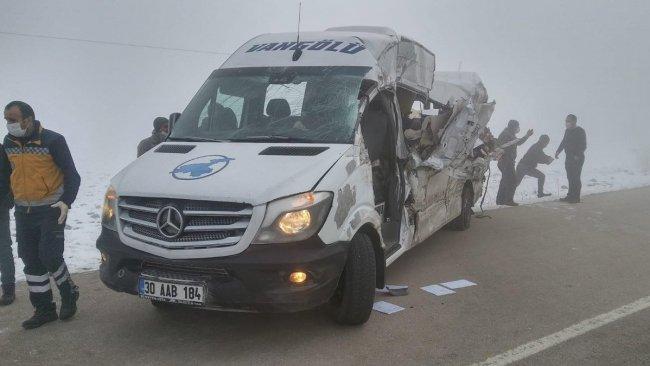 Hakkari'de yolcu minibüsüyle tır çarpıştı: Ölü ve yaralılar var