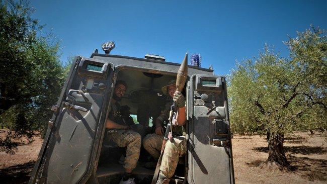 Afrin'de silahlı gruplar köylülerin zeytin ağaçlarını kesiyor