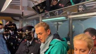 Rus muhalif Navalnıy havaalanında gözaltına alındı