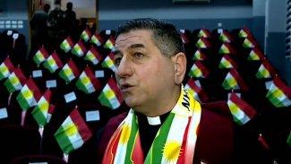 Gittiği her ülkeye Kürdistan Bayrağı götüren papaza ödül