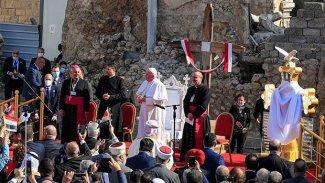 Papa Francis Musul'da, IŞİD'in yıktığı kilise meydanında ayin düzenliyor