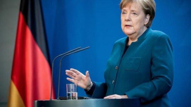 Merkel'den Türkiye'ye demokrasi uyarısı