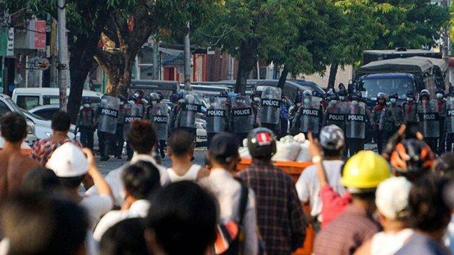 Myanmar'da güvenlik güçleri cenaze töreninde kalabalığa ateş açtı!