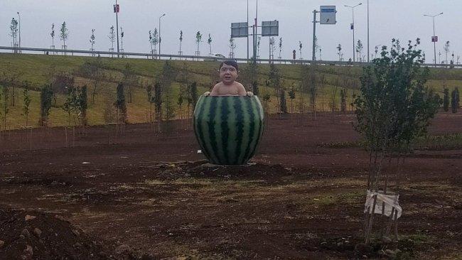 Diyarbakır'da tartışmalara neden olan 'karpuzlu çocuk' heykeli kaldırıldı