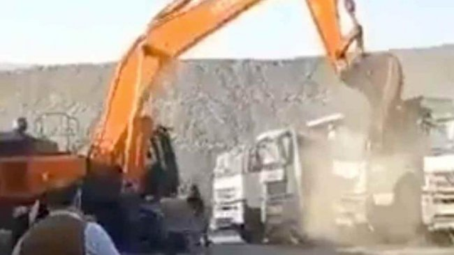 Şırnak'taki kömür ocağında maaşı ödenmeyen işçi iş kepçeyle kamyonları parçaladı
